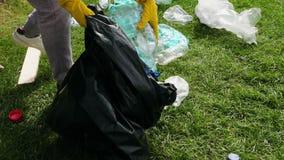 妇女收集塑料垃圾 股票视频