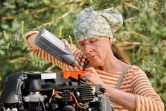 妇女改变的机器润滑油 免版税库存图片