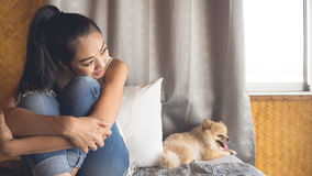 妇女放松与狗在卧室 图库摄影