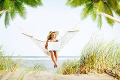 妇女放松海滩运作的享受概念 库存图片