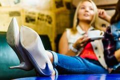 妇女放松的饮用的茶或咖啡 图库摄影