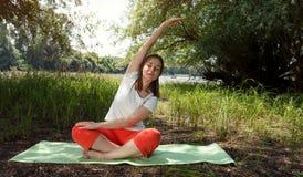 妇女放松身体平衡的瑜伽 库存照片