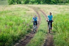 妇女放松骑自行车 库存图片