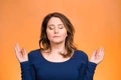 妇女放松,思考,在禅宗方式下 图库摄影