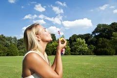 妇女放松 免版税图库摄影