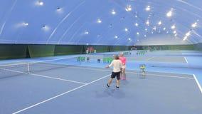 妇女教练员教成人人打网球 股票录像