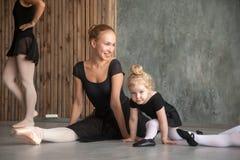 妇女教芭蕾女孩 免版税库存照片