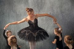 妇女教芭蕾女孩 免版税图库摄影