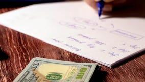 妇女文字事务或财务计划在纸 股票视频