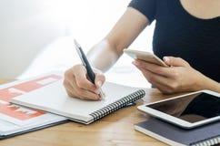 妇女文字和检查在机动性的商业文件在PR前 库存照片