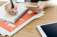 妇女文字和检查在机动性的商业文件 库存图片