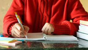 妇女文字在书桌上的学报上有书的 影视素材