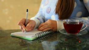 妇女文字在学报上,与茶在桌上的 股票视频