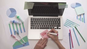 妇女文字在稠粘的笔记开始  有图的企业桌面 影视素材