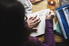 妇女文字螺纹在笔记本的颜色名单鸟瞰图  免版税库存图片