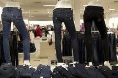 妇女斜纹布时尚商店 免版税库存图片