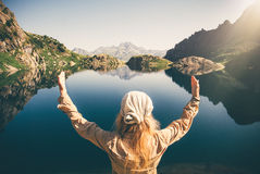 妇女旅客思考的和谐单独旅行 免版税库存图片