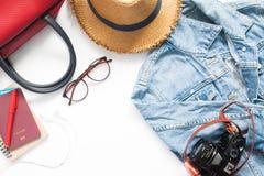 妇女旅客项目和护照平的位置在白色 免版税库存图片