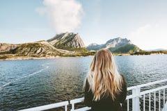 妇女旅游旅行乘海轮渡在挪威 库存图片