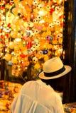 妇女旅游购物时间在Jatujak市场上 库存照片