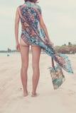 妇女旅游走在一个热带放松旅行假日的暑假海滩佩带的太阳镜和海滩袋子 免版税库存照片