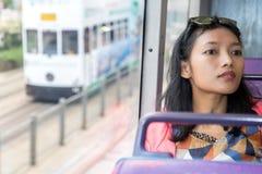 妇女旅行与双层汽车 免版税库存照片