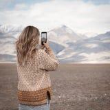 妇女旅行和照相 免版税库存图片