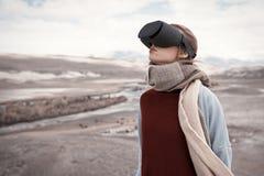 妇女旅行在虚拟现实中 松鸡爱本质歌曲通配木头 图库摄影