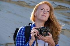 妇女旅行家在沙漠 库存照片