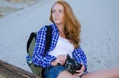 妇女旅行家在沙漠 免版税图库摄影