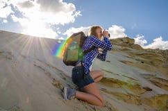 妇女旅行家在沙漠 免版税库存照片