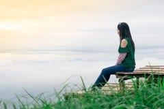 妇女旅行山景和雾 库存图片