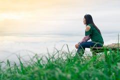 妇女旅行山景和雾 免版税库存照片