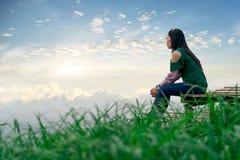 妇女旅行山景和雾 免版税库存图片