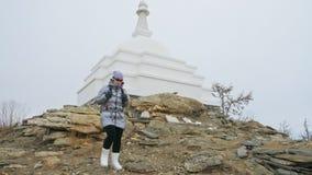 妇女旅行贝加尔湖冰的  接近的独特的佛教stupa burkhan纪念碑标志神秘的历史的仪式 影视素材