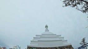 妇女旅行贝加尔湖冰的  Pov视图 接近的独特的佛教stupa burkhan纪念碑标志神秘历史 股票视频