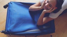 妇女旅途的被包装的手提箱 dreaming traveling 免版税库存照片