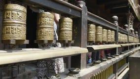 妇女旋转地藏车Patan, Durbar广场,加德满都谷,尼泊尔 股票录像