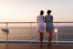 妇女日出巡航 免版税库存图片