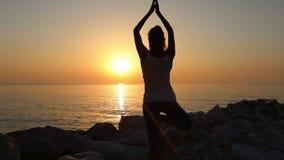 妇女早晨在seashoreMorning的凝思,妇女在海滨的实践瑜伽思考 影视素材