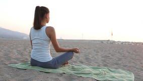 妇女早晨思考在海滨 影视素材