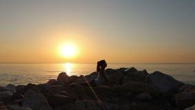 妇女早晨思考在海滨 股票视频