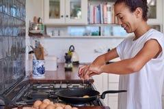 妇女早餐鸡蛋 免版税库存图片