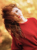 妇女时尚女孩放松的走在秋季公园,室外 免版税库存图片