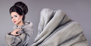 妇女时尚照片貂皮皮大衣的 有m的典雅的浅黑肤色的男人 库存图片