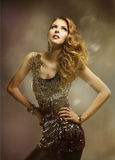 妇女时尚秀丽发型画象,俏丽的女孩发光的礼服 免版税图库摄影