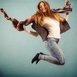 妇女时尚秋天女孩跳跃,飞行在蓝色的空气 免版税图库摄影