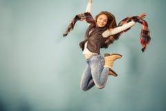妇女时尚秋天女孩跳跃,飞行在蓝色的空气 免版税库存照片