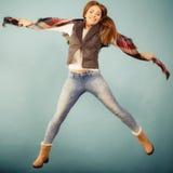 妇女时尚秋天女孩跳跃,飞行在蓝色的空气 免版税库存图片