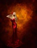 妇女时装模特儿红色礼服,摆在秀丽的女孩,魅力褂子 库存照片